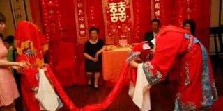 """女子携2岁女儿在别人婚礼现场""""长跪不起"""",真相令人发指!"""