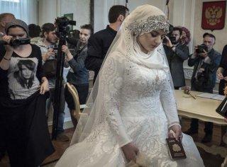 车臣美女因一张自拍照,被迫嫁给老头做二房 !