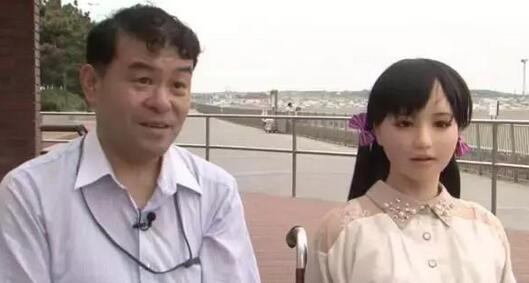 日本大叔痴迷娃娃还要过一辈子,不惜抛妻弃子在一起!