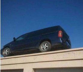 女车主乱停车很爽,出门发现车架上屋顶下不来,顿时懵了!