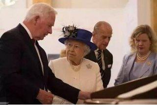 总督只是好心扶了一下女王,却被英国媒体怒对这一行为