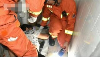女子不慎将手机调掉入粪池,后用手打捞手却被困6个小时