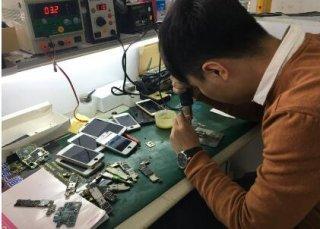 """一男子化身苹果""""黄牛"""",倒卖3000部真机获益2200万!"""