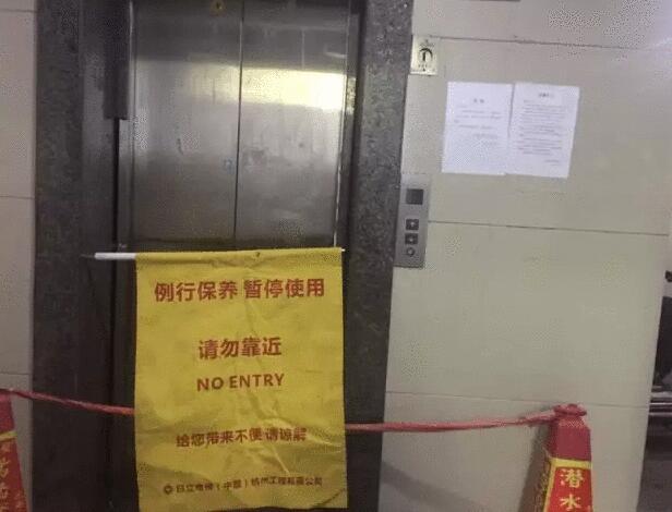 """大妈几秒""""爆""""了一个电梯! 这个动作你也做过!"""