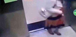 美女坐电梯监控拍下不忍直视一幕