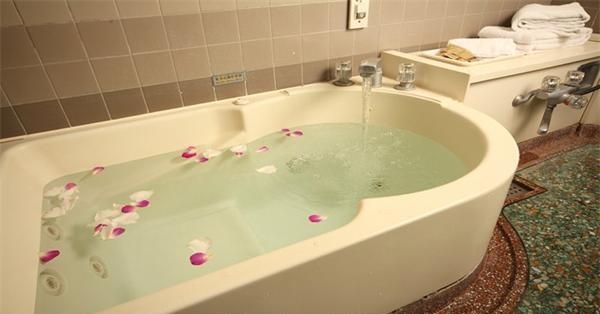 泡澡不仅能消除疲劳还能使人变得身材苗条
