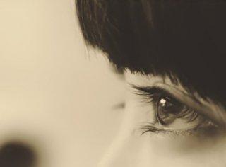 研究表明,眨眼可以稳定视线