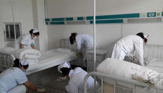 医患关系日益紧张:十余人强迫医生下跪