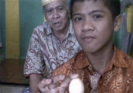 12岁男孩接连产下14枚蛋震惊众人
