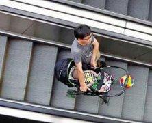 宝妈推婴儿车下扶梯,不出五秒,惊心动魄的一幕出现了