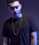 这个rapper荣登各大音乐榜首,杨启斯的实力太惊人