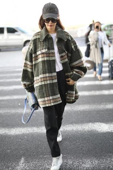 冬日出街有三宝:帽子、围巾、袜子少不了!image