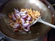 西芹洋葱炒虾的做法
