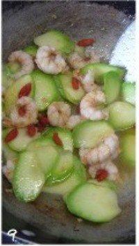 西葫芦炒虾仁的做法