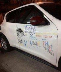 父亲看到女儿在车上画画,情愿被开一辈子的罚单也不愿擦